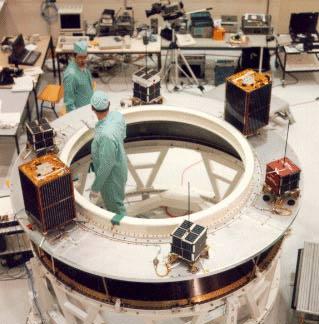 die PACSAT Satelliten auf dem Träger der Ariane Rakete