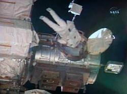 MISSE-5 / PCSAT-2 wird abgeschraubt (NASA TV)