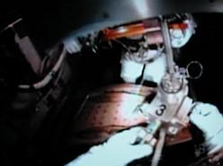 MISSE-5 / PCSAT-2 wird wieder an Bord gebracht (NASA TV)